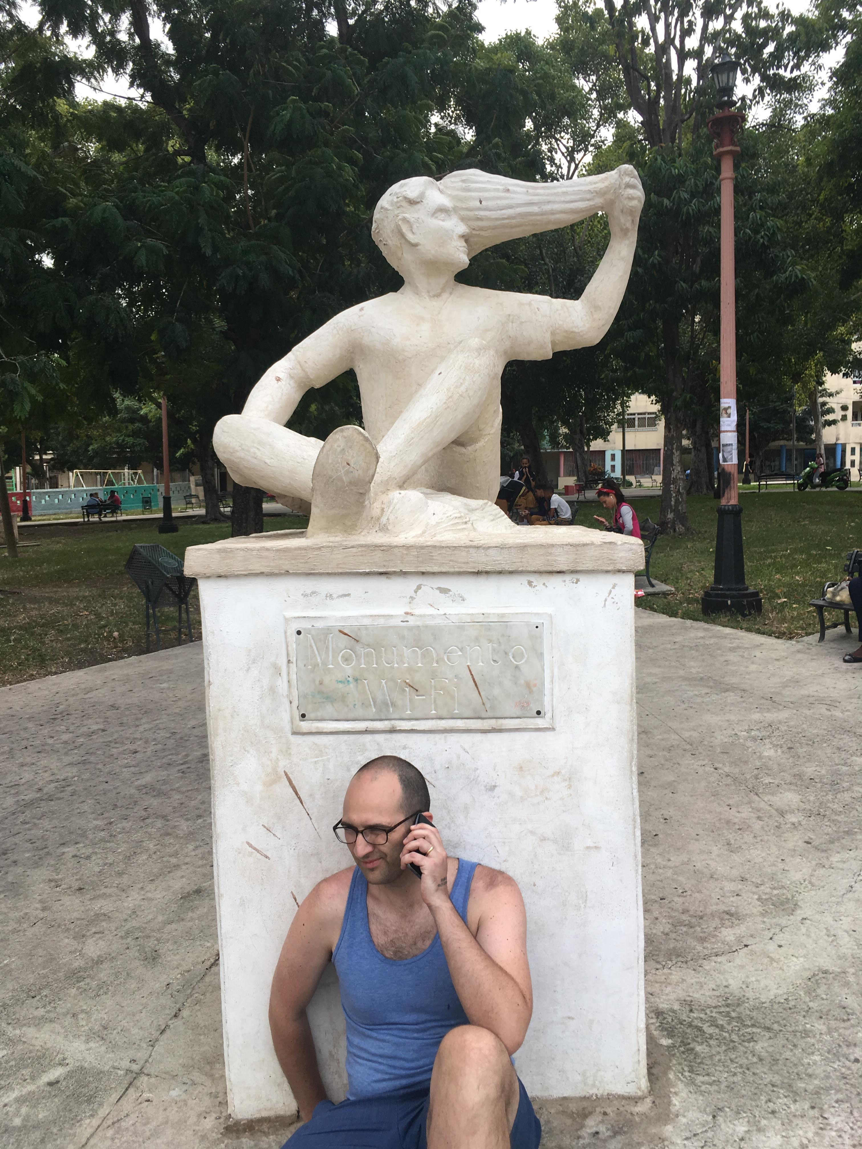 Monumento Wi-Fi with Curt